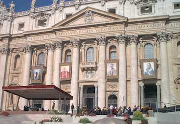 Vaticano, basilica di San Pietro. Si vede parte della facciata della basilica con appese le immagini delle persone che saranno canonizzate