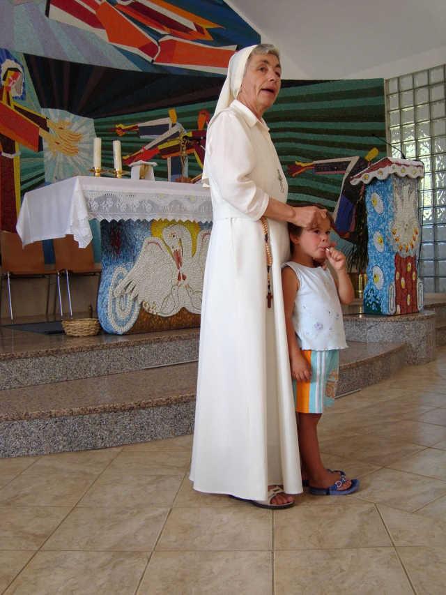 Suor Kornelija con un bambino in chiesa